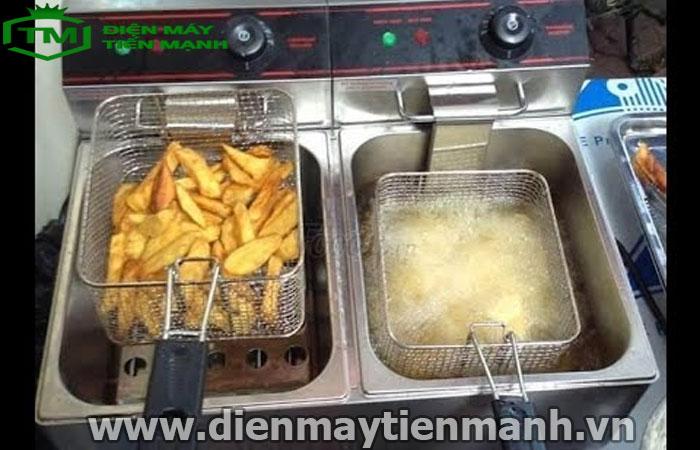 Đổ dầu vừa đủ để chiên nhúng khoai tây